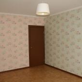 Дверь и обои в комнате дома 2