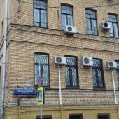Дом имеет 6 этажей: крепкий, кирпичный, теплый, с мощными перекрытиями.
