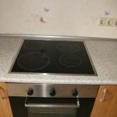 Плита на кухне продаваемой трехкомнатной