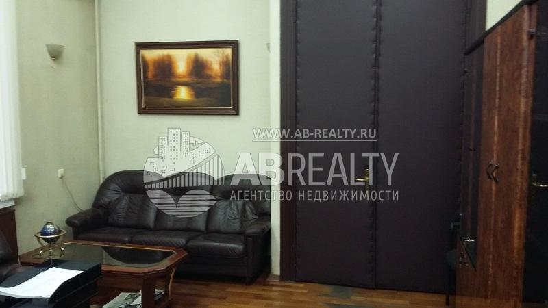 В кабинетах и комнатах кое-где оставлена мебель