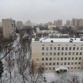 Вид на соседнюю школу