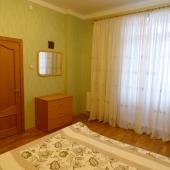 Обстановка простая: кровать, шкаф, тумбочка