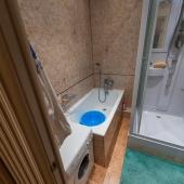 Санузел: рядом ванная и душевая кабина