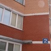 Окна, стены этого дома для сравнения