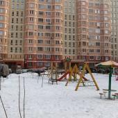 Двор с детской площадкой при доме