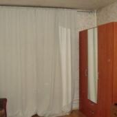 На полу постелили ламинат. Но стены и потолок требуют ремонта.