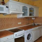 На кухне тоже современная мебель, присутствует вся необходимая техника.