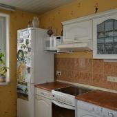 В углу холодильник и СВЧ