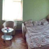 Общий вид комнаты. На полу отремонтированный советский паркет.