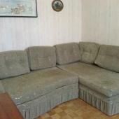 В углу комнаты диван