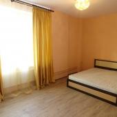 Это комната-спальня с кроватью