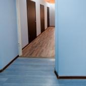 Даже ламинат по цвету меняется в коридоре