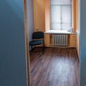 Кабинеты в среднем небольшие по площади, но это удобно для расположения бОльшего числа сотрудников