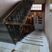 Внизу спуск и дверь под охраной с кодовым замком
