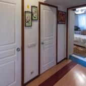 Посередине между спальней и кухней (в конце коридора) двери в ванную и туалет