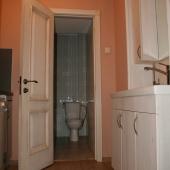 Там далее видно дверь в туалет