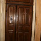 Шикарная дверь при выходе. Дорогое дерево!