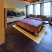 Кровать какая в центре комнаты!