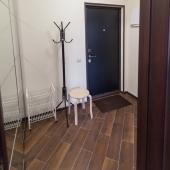 В коридоре похожая плитка как на кухне