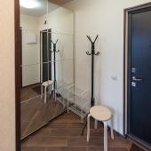 В коридоре зеркальный шкаф-купе