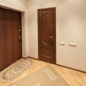 Входная дверь и дверь в туалетную комнату