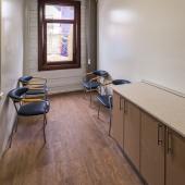 Можно организовать комнату ожидания для гостей