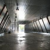 Освещение висит двумя рядами под потолком