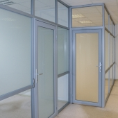 На этаже 2 помещения, но общее пространство разделено перегородками.