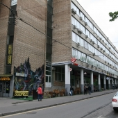 В торце здания есть кафе-ресторан