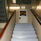 Лестница с первого на второй этаж, где расположились комнаты.