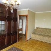 В большой комнате есть раскладной диван.