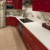 Кухня очень красива красным отливом