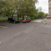 Перед домом есть парковка