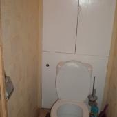 Унитаз в туалете продаваемой квартиры по Георгиевской улице в Московском