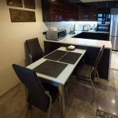 Здесь видно - за столовой находится кухня