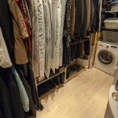 Гардеробная очень просторная. Подведена вода, стоит стиральная машина.