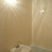 Ванная комната в продаваемой квартире, белый кафель