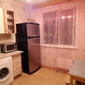 На кухне есть стиральная машина и холодильник и СВЧ-печь