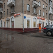Помещение как углом здания расположено на ул. Ивана Бабушкина