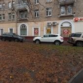 Здесь сбоку тоже есть места для парковки
