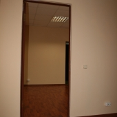 Это вход в маленький кабинет. Там получается кабинетная перепланировка.