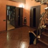 Правее это дверь в подсобное помещение