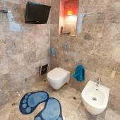 В ванной, чтобы не скучно, есть ТВ на стене!