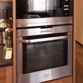 СВЧ-печь и духовой шкаф на кухне