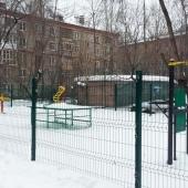 Детская площадка в самом центре двора расположилась