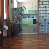 Гостиная отделена от кухни такой стеклянной стеной
